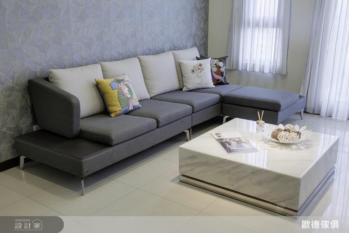 考量屋主的寶貝兒女活潑好動,為現代造型沙發選用灰亞麻布,不僅質感佳也不易顯髒。