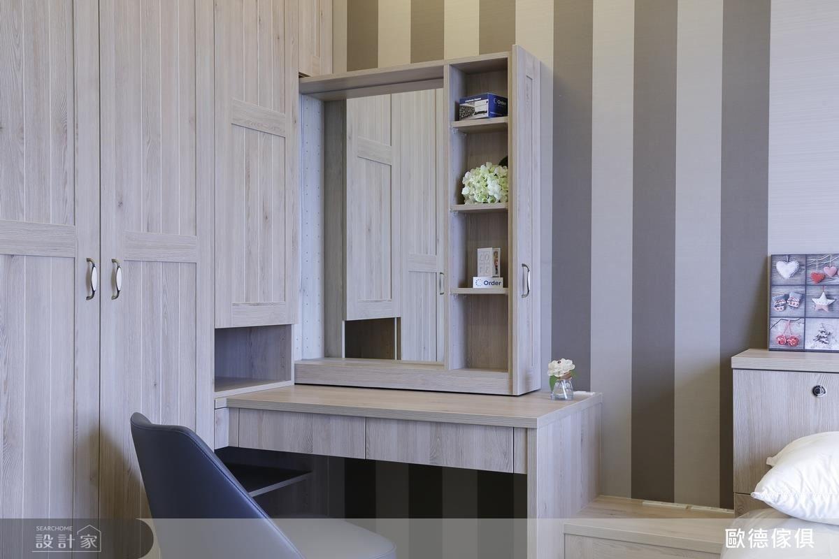 運用櫥櫃空間收納化妝鏡面、化妝用品,空間更顯簡潔寬敞。