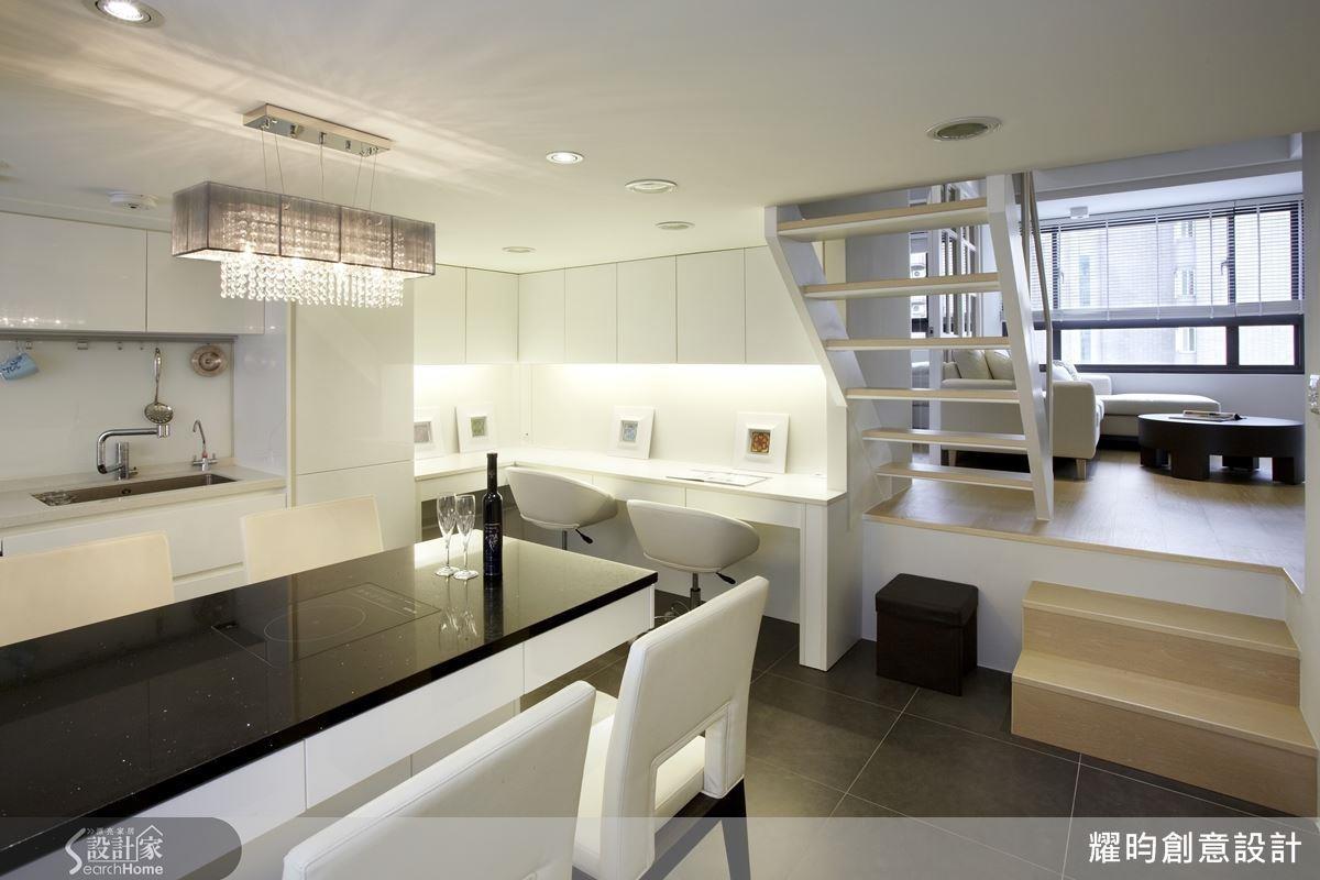 從採光、動線、展示與收納 4 點切入,巧妙運用顏色、樓梯下動線與柱體結合收納,就算是不到 20 坪的空間也能輕易放大。