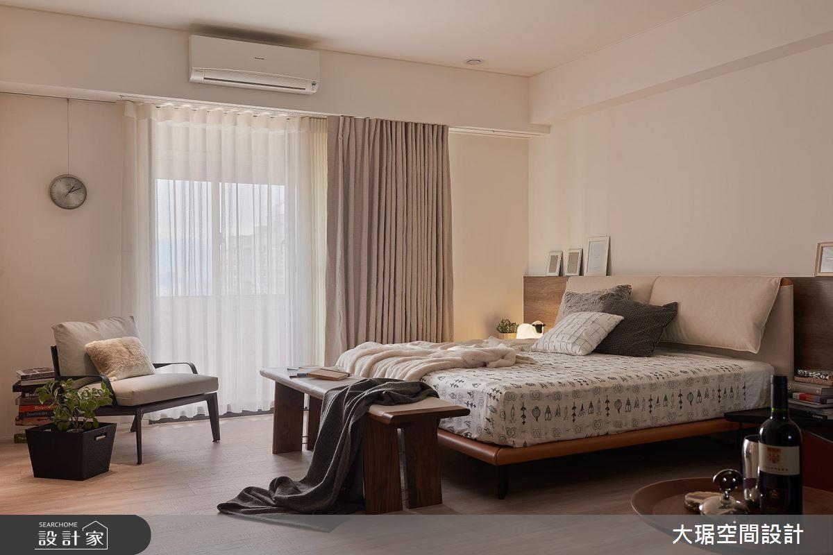 不刻意區分臥房與客廳,利用簡單的移動家具即可創造客廳機能,大幅降低視覺沉重感。