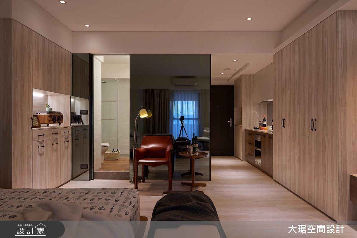 將廚房設置在玄關處,大型收納櫃靠攏動線兩側,佐以大面積鏡面成功放大空間感受。