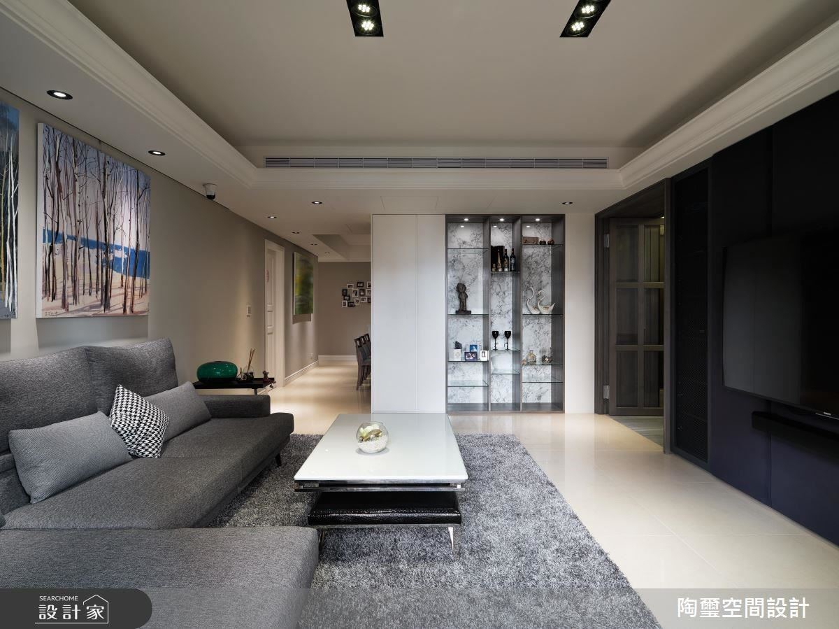 展示櫃體劃分了客廳和餐廚區,從客廳的角度望去,設計師以精緻的大理石作為底襯,層板則改用透光玻璃材質,頂部燈光可以連貫穿透,打造出如精品般的藝廊風景。
