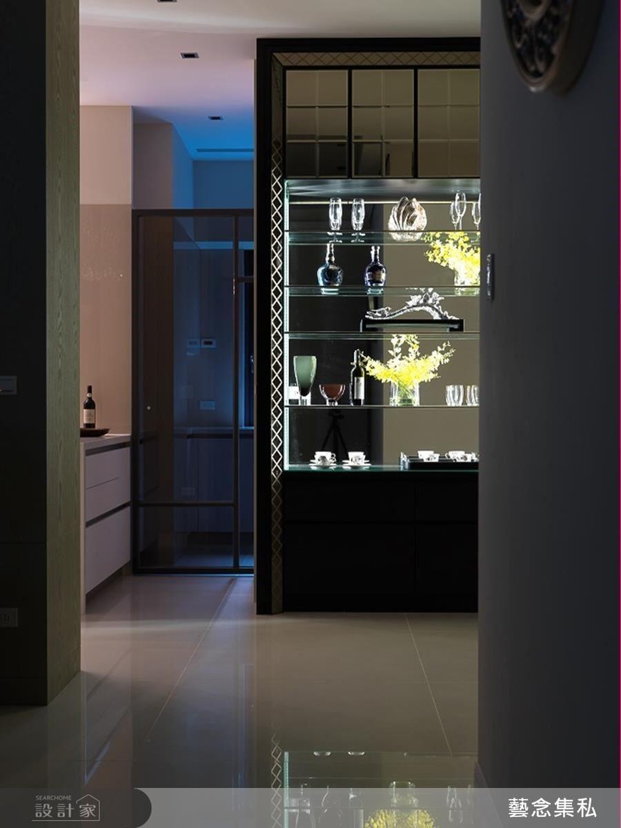 光源設計由兩側發散的透明展示櫃,將水晶杯具、藏酒或藝術擺件妝點的更具價值。