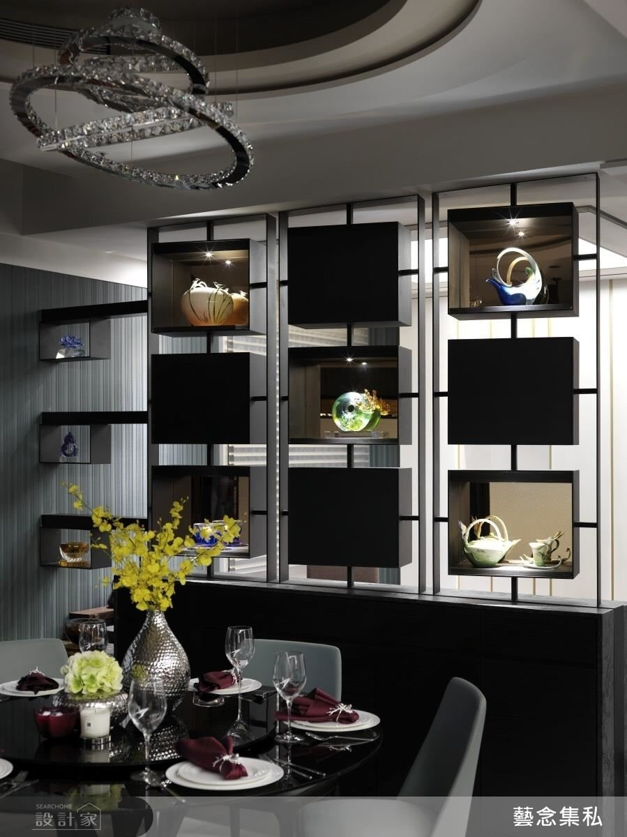 設計師發揮專業,設計出讓男女主人都能展示自己收藏品的九宮格雙面櫃。