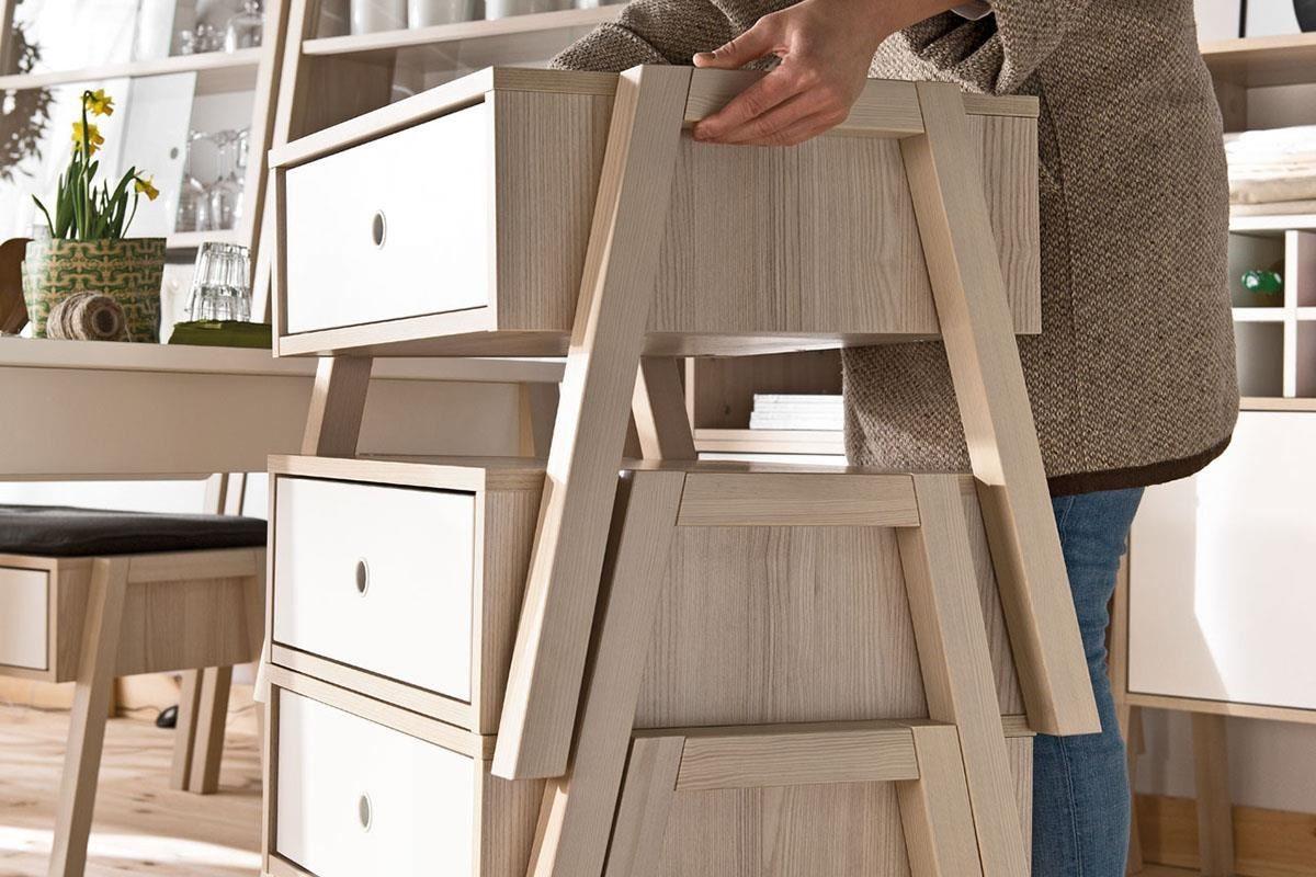 「A」字的結構足設計,不只穩也更符合人體工學,可兼作椅凳與收納櫃的單品,還能數件垂直堆疊成為直立斗櫃,機動性超強且不佔空間。