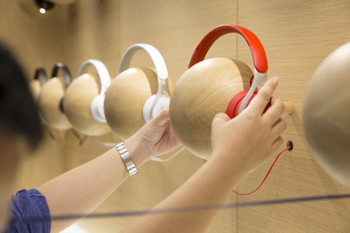 原木製作的展示人像,以趣味的方式,拉近高端耳機和消費者的距離。