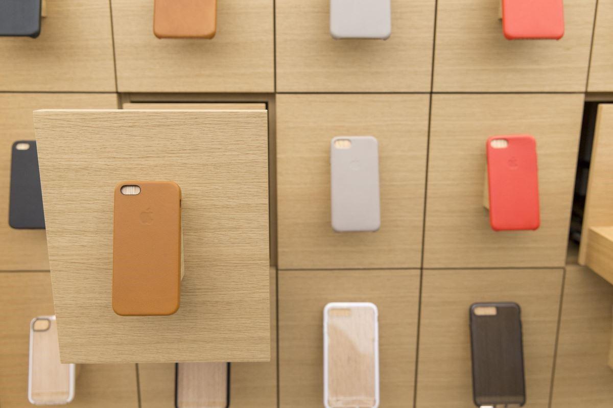 展示一目了然的手機殼收納櫃,可自由拿取需要的產品,讓選購無負擔。
