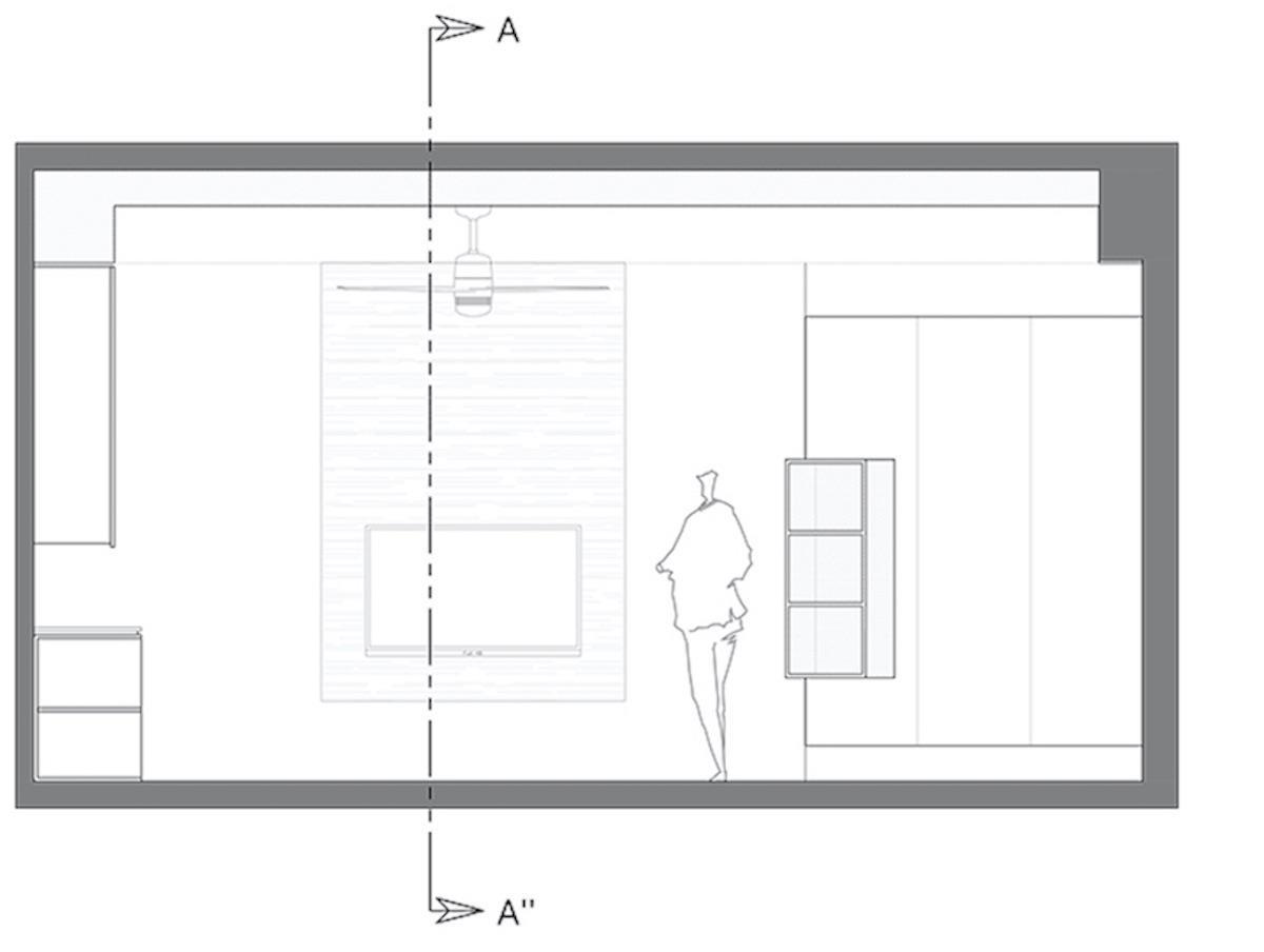 在玄關高櫃的轉角處,將開放櫃嵌入系統櫃,輔助電視牆的電器櫃功能。 玄關高櫃上下鏤空,可減緩高櫃的沉重壓迫感,下方鏤空處也可擺放平時常穿的鞋。  圖片提供_Z 軸空間設計