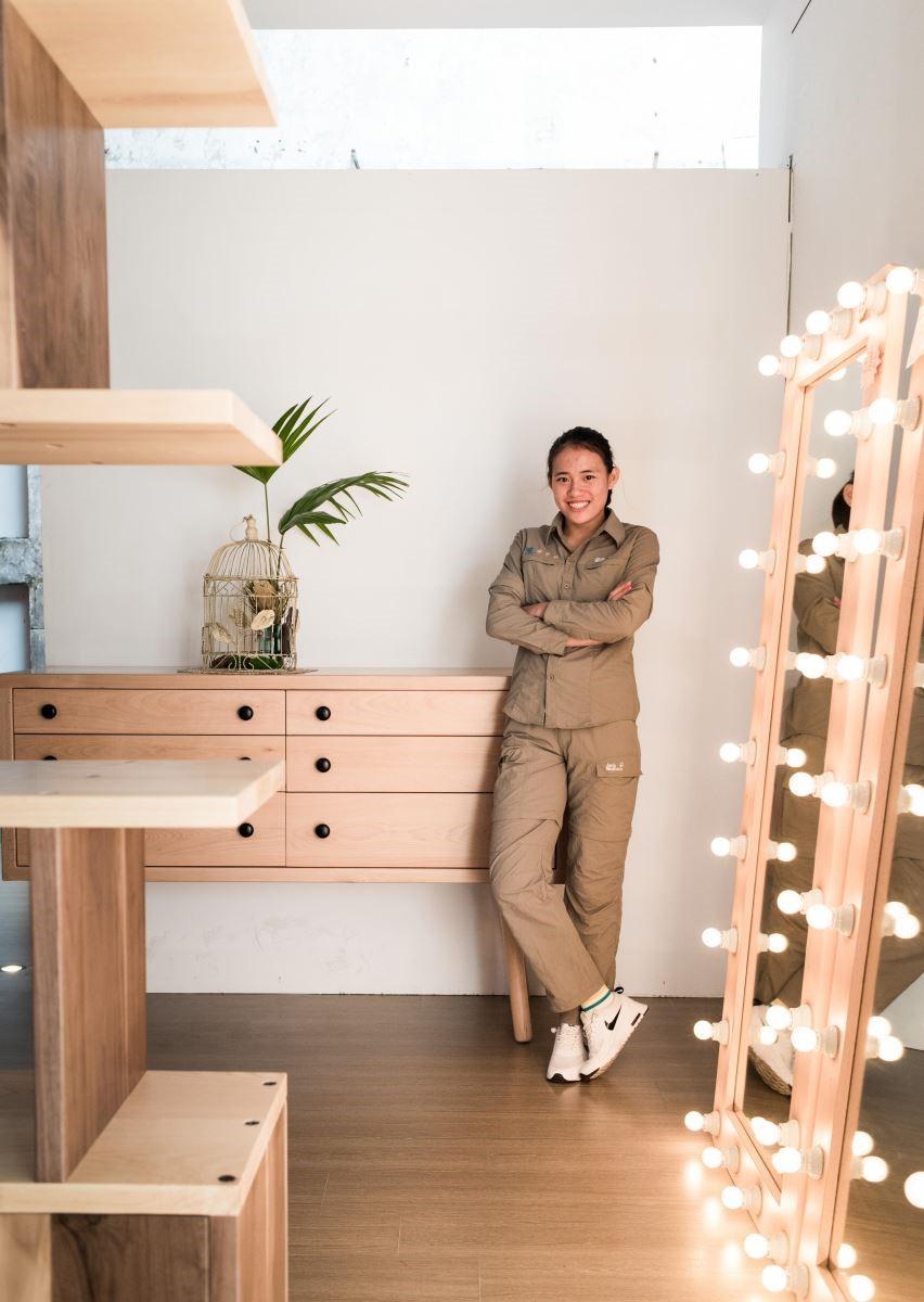 謝資婷同學最喜歡的作品是和她合照的收納櫃,她說:「這個櫃子花了一個禮拜的時間完成,總共有6個同學共同合作,雖然很艱難但很有趣。」