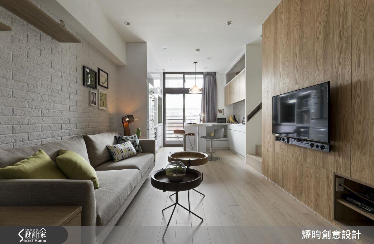 客廳沙發家具、電視櫃,一直到餐廚區廚具,皆為沿著牆邊配置,讓出完整的公共空間,空間感自然而然看起來更放大。
