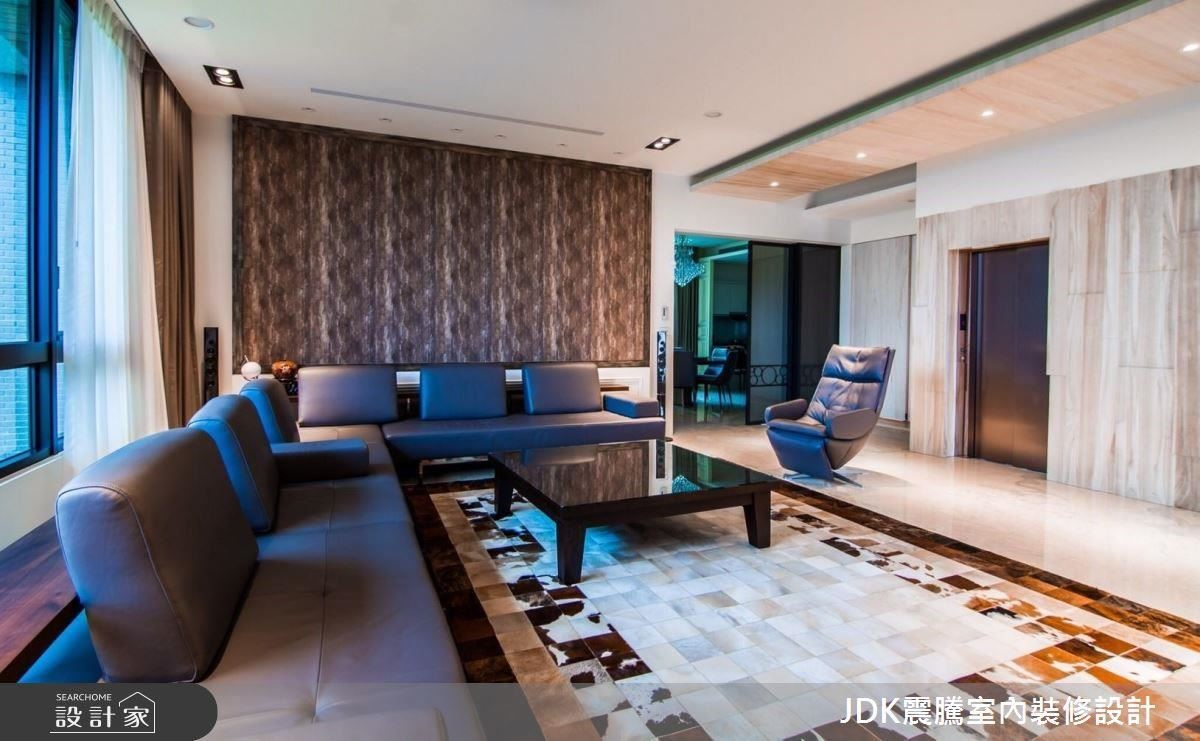 沙發背牆壁面結合異材質使用,採復古漆貼壁布,呈現天然的紋理。