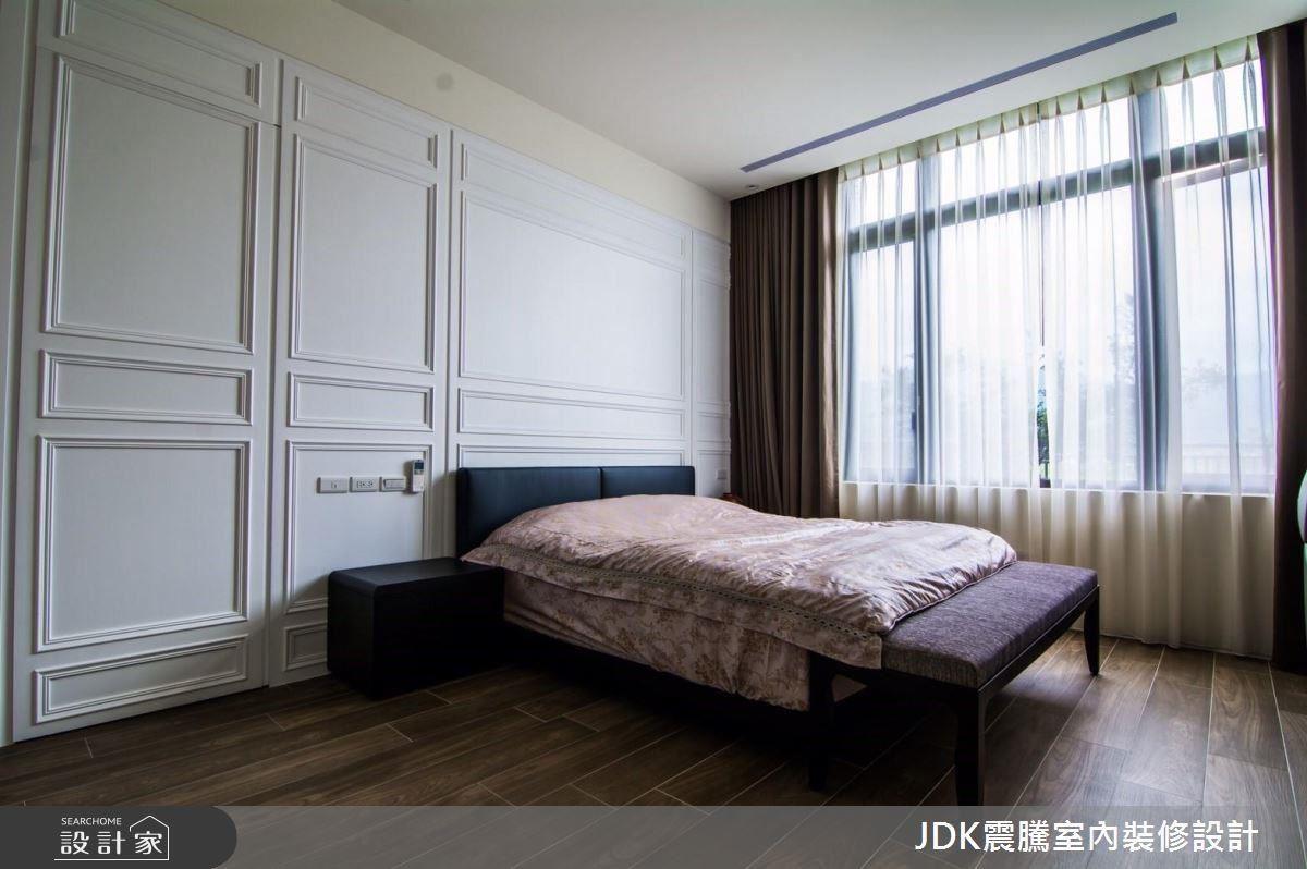 主臥室中採白淨的顏色,帶來舒適的睡眠空間,一覺醒來,打開窗映入眼簾的便是一片綠景,開啟愜意退休生活的一天。