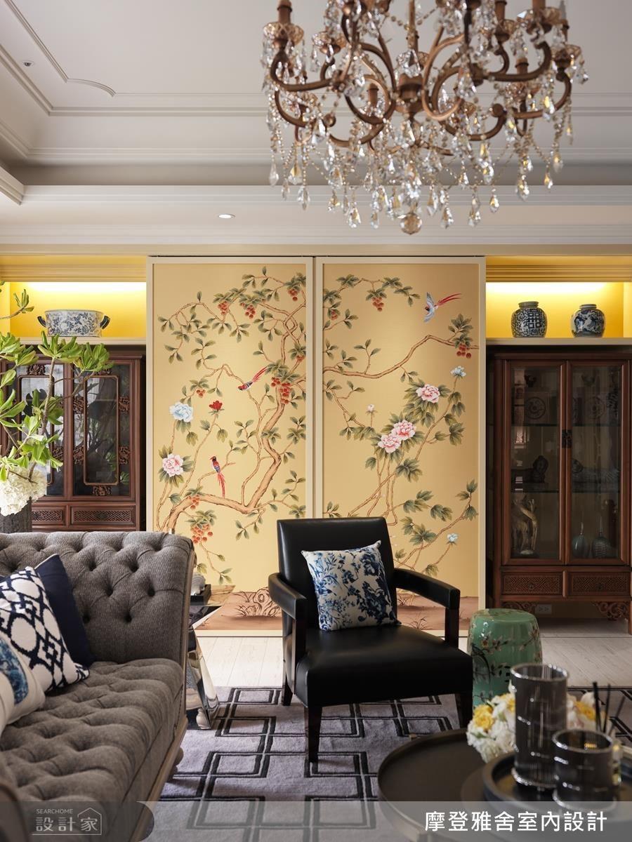另一邊是以鳥語花香為意象的手繪櫃門,與精品展示櫃兩兩相對,彰顯屋主身分與空間氣度。