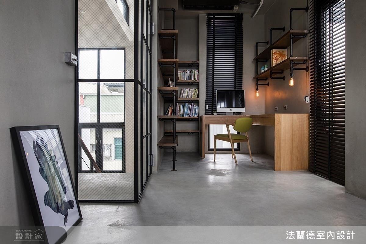 四樓運用黑色鐵件、木質材料組成的獨立書房,滿足男主人對工業風的期待。