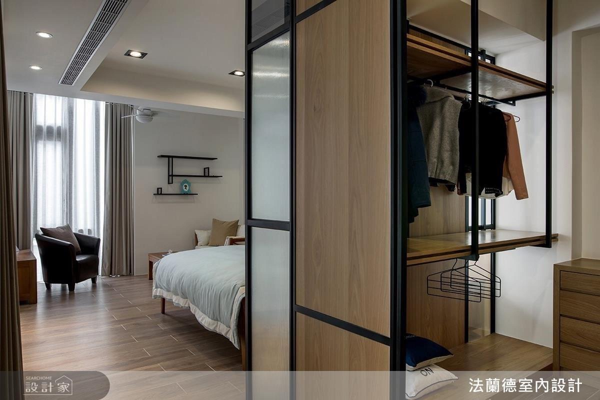 二樓主臥室中,以鐵件木頭和玻璃打造的通透寬敞更衣室,是女主人的最愛。