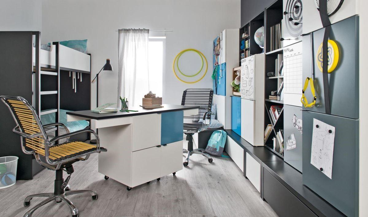 Young User 系列可調式書桌附有滾輪,左右側向中央滑動併合後,即成為精美工作檯,四格櫃門皆可搭配金屬面板,為空間帶來豐富表情。