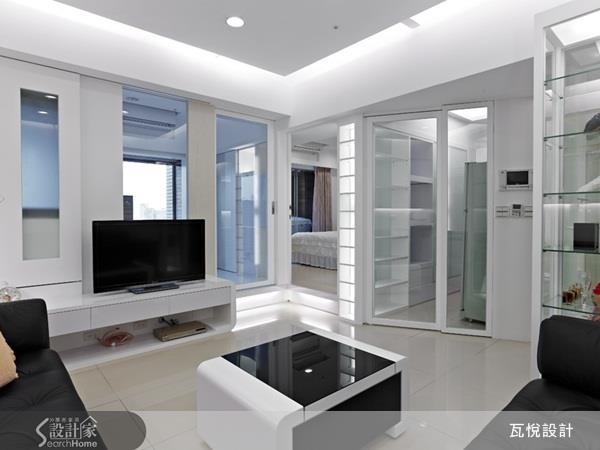 12 坪小家利用玻璃門片區隔油煙卻不至阻礙光源。