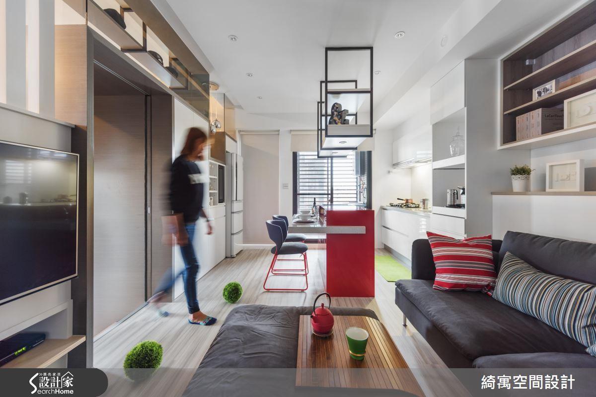12 坪空間中,將吧台與餐桌機能結合,並設計與一字型廚房平行,也可作為備餐台使用。