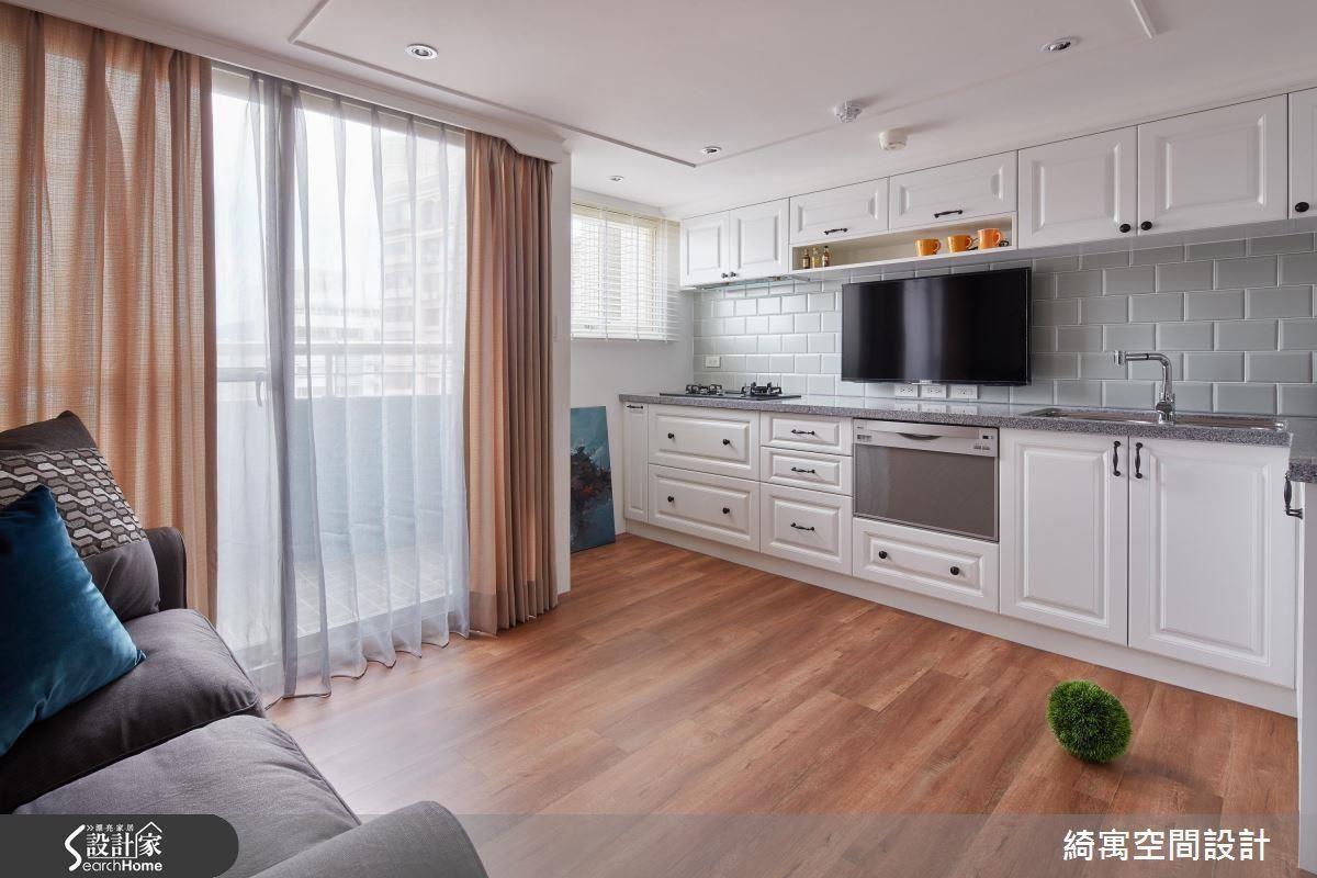 11 夾層結合電視牆與一字型廚房,讓坪效雙倍提升,更保留寬裕的烹飪動線!