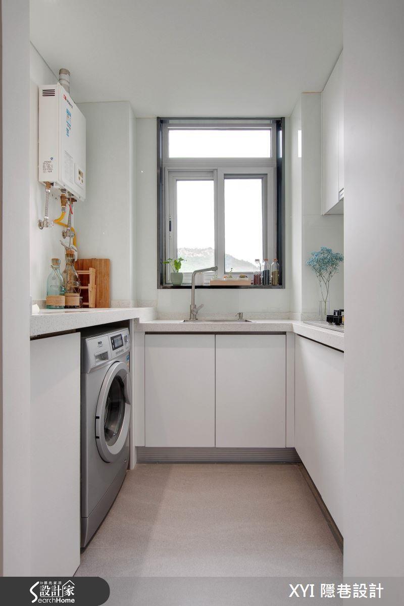 12 坪套房運用凸出的格局與轉角空間,巧妙規劃了結合洗衣間功能的ㄇ字型廚房。