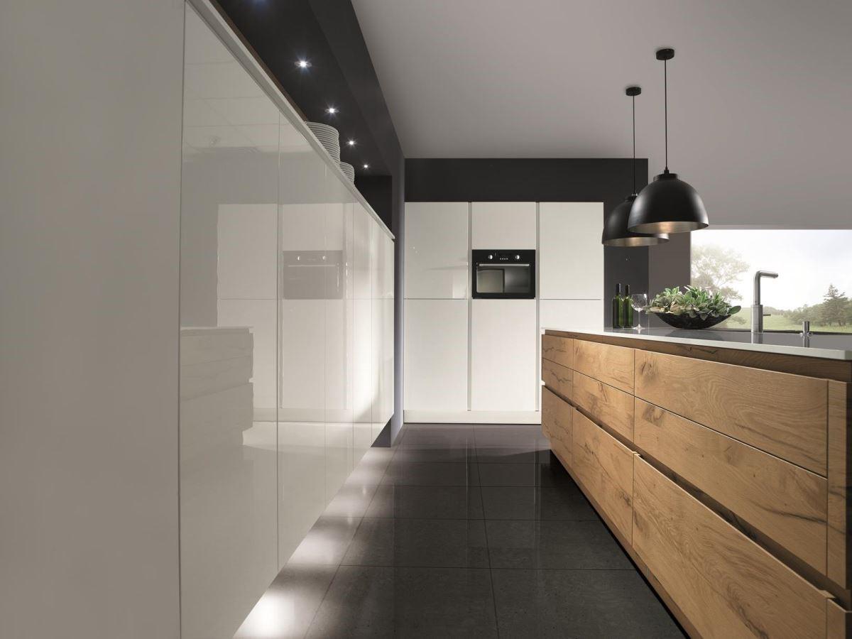 混搭風盛行,平滑面板與木質感,營造既現代又休閒的居家氛圍。品牌:德國 Schröder 施羅德廚具
