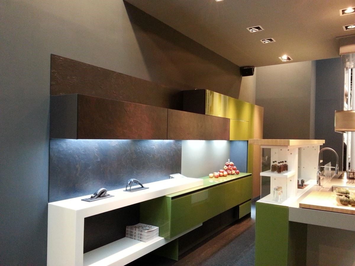 粗獷、細緻並存的多彩設計,顛覆廚具門板單一色彩和觸感的刻板印象。品牌:雅登廚飾中壢店