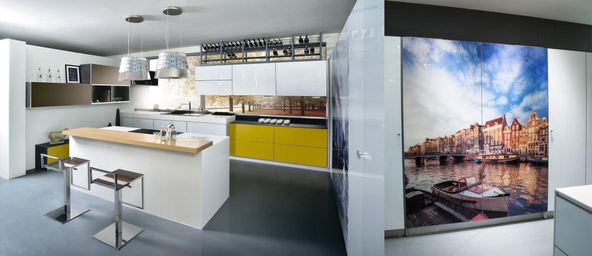 將大圖輸出技術與玻璃門板結合,量身訂製的客製化藝術廚具,展現獨一無二的個性。品牌:雅登廚飾
