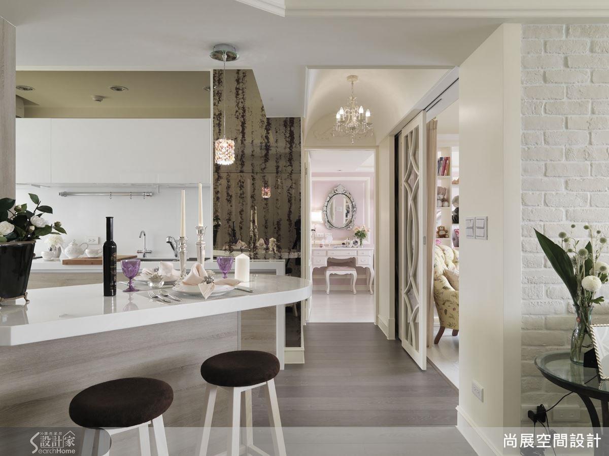 如果你時常有聚會需求,不妨將開放廚房與吧台結合,可大幅度提升互動度。