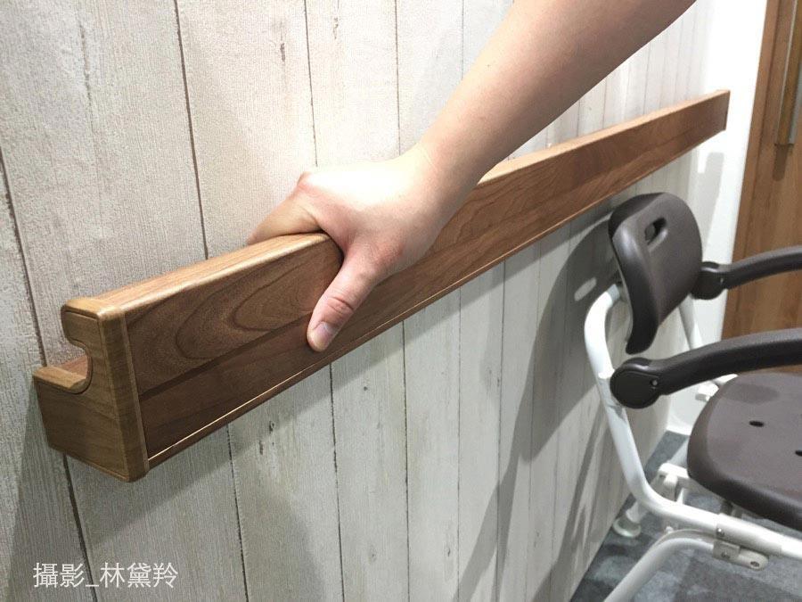 方形的扶手,視覺上顯得較為高雅簡約,內側的設計符合抓握,又可以局部置物。(攝於台中輔具展)