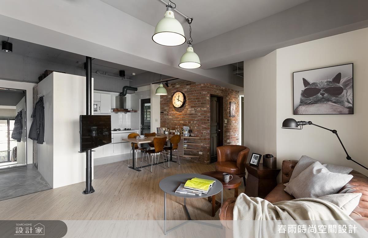 旋轉電視牆成為開放空間的串連,配合屋主習性、身處空間隨心變換角度。