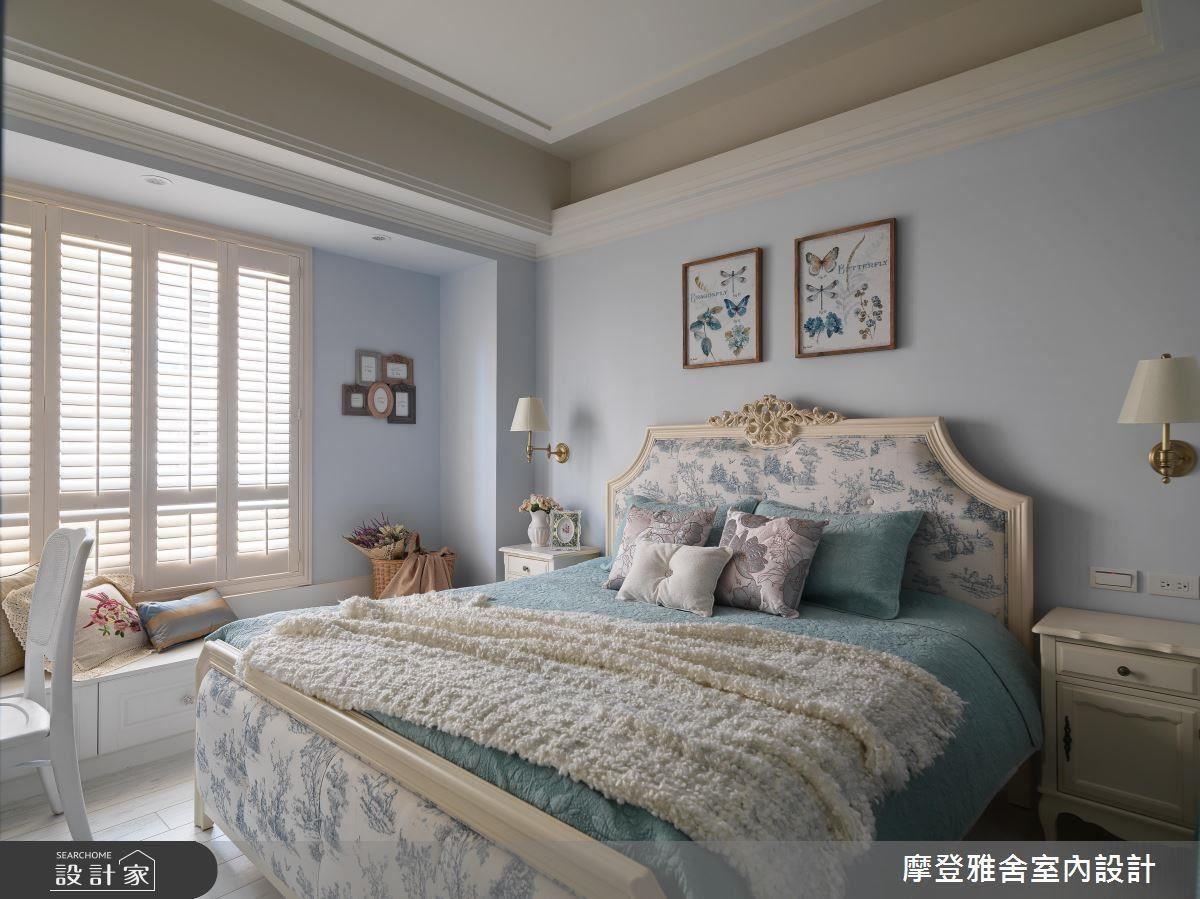 主臥室中,以灰藍色壁面與歐式圖騰相互呼應,散發出沉穩又帶點浪漫的法式風情。