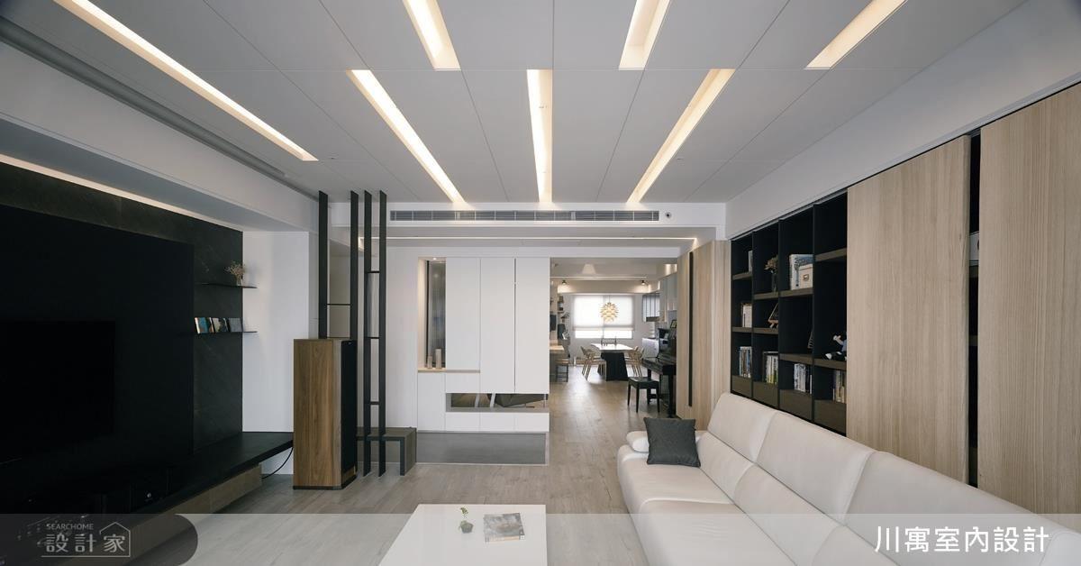 沙發背牆以兼具收納與展示的大型機能櫃為架構,搭配大小不一的門板設計,半開放式櫃體,讓牆面豐富靈活不單調,更增添實用機能。