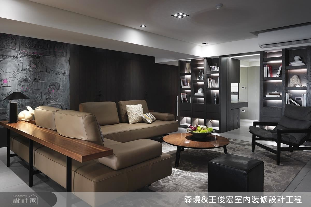 客廳沙發背牆上,運用黑板牆搭配全家福的詼諧畫作,創造幽默與歡笑,作為一家人的情感連繫。