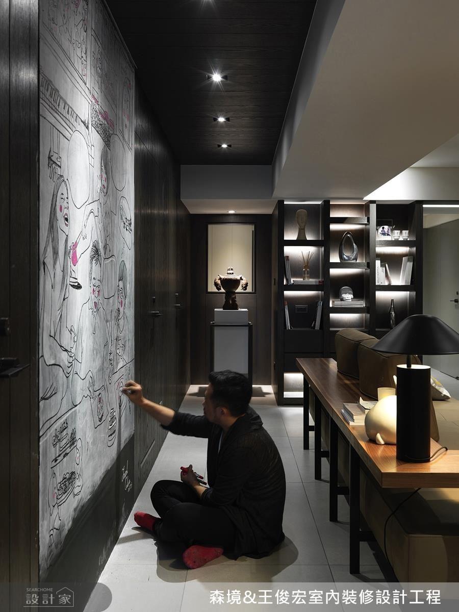 可塗鴉的黑板牆材質,留下了全家人的互動空間,還給他們居家場景的創作自由。