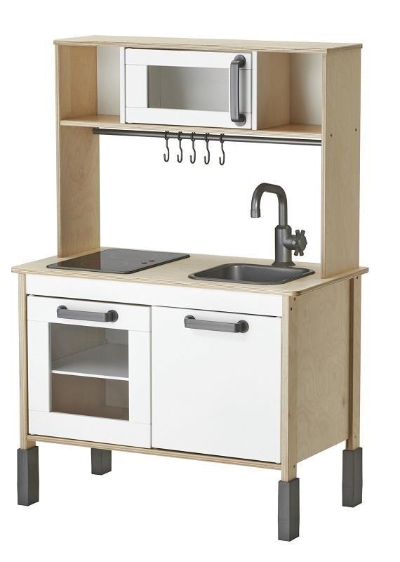 DUKTIG玩具廚房(原價$3,290;再創低價$2,699;降幅18%)讓孩子可以烹飪、烘焙和洗餐具,享受當小廚師的樂趣。圖片提供_IKEA