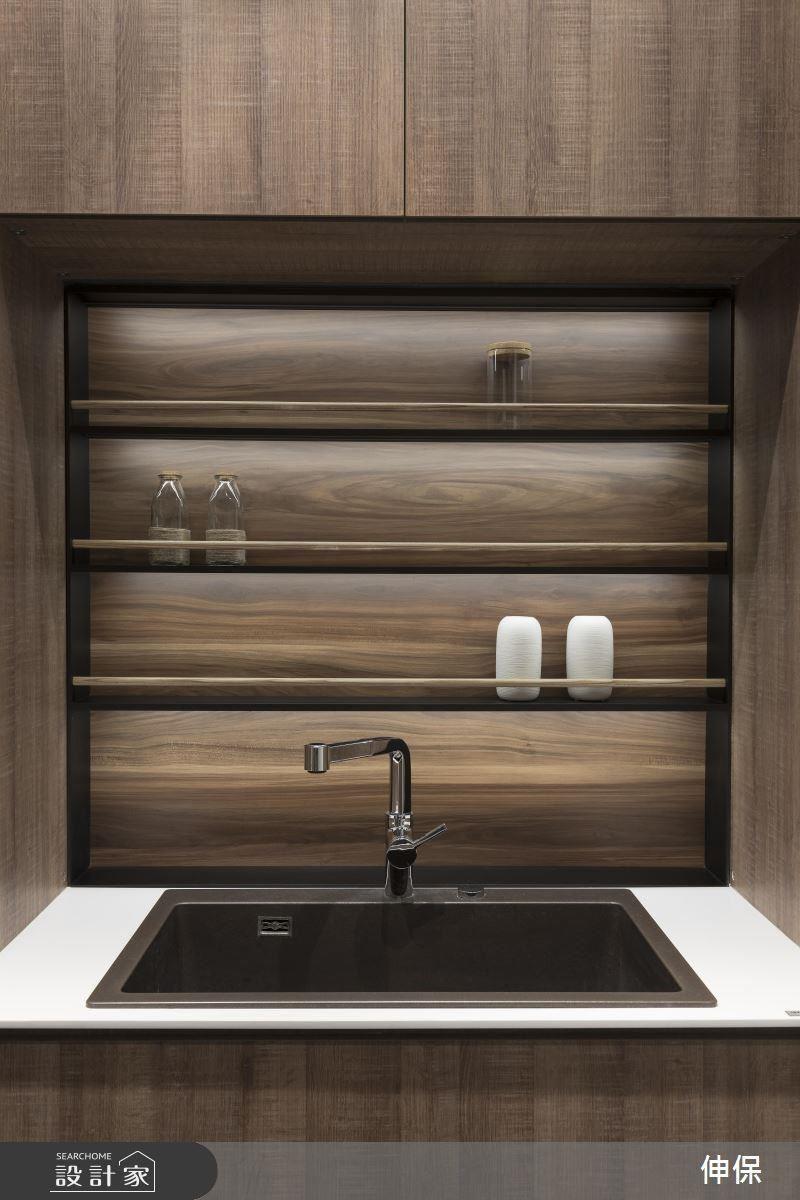 迎賓用的流理檯,高質感的簡約流線設計,降低視覺的干擾 ; 簡單的木條櫃擋,使用更順手。