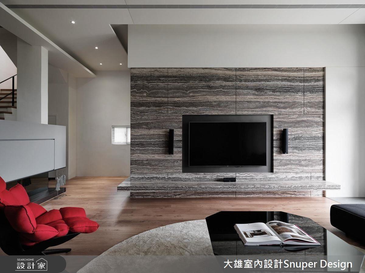 客廳主題是精選的大理石電視牆,考量與複層餐廳區的比例,不做滿整個牆面,輕巧但又不失焦點。