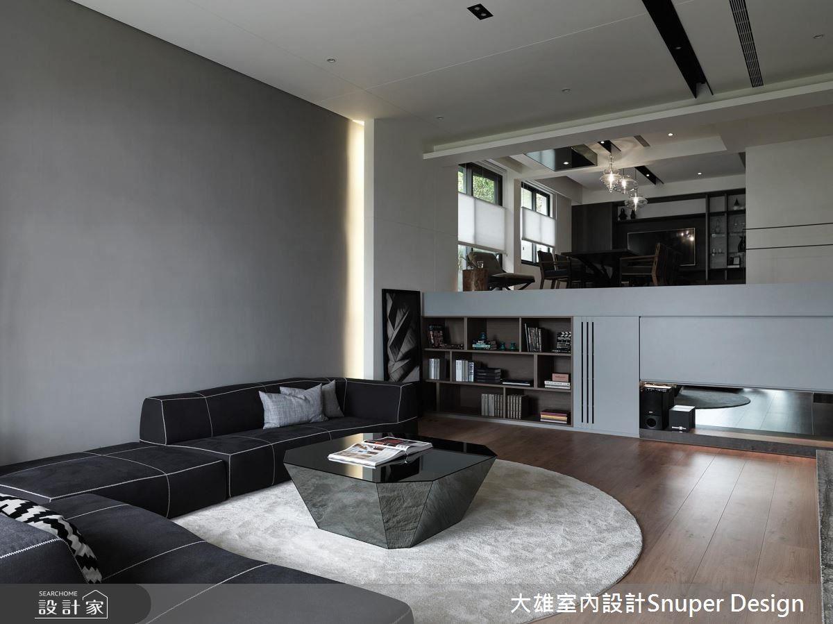 特意選低高度的沙發,更能愜意舒適地環顧四周。在餐廳區下方,規劃了充足而美觀的收納區域。