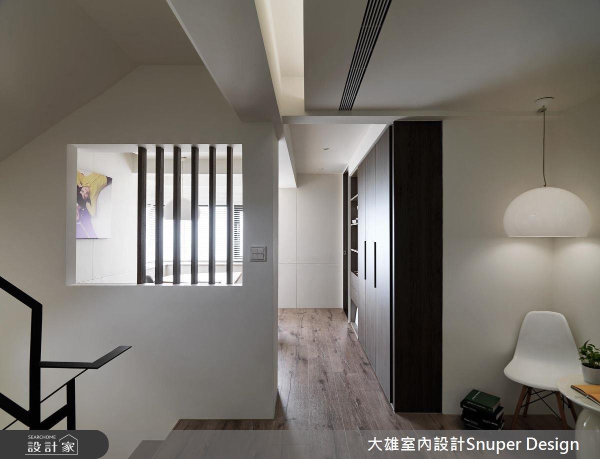 二樓梯間安排了一盞燈、一張矮桌、一張椅子,是一處悠閒閱讀的空間。