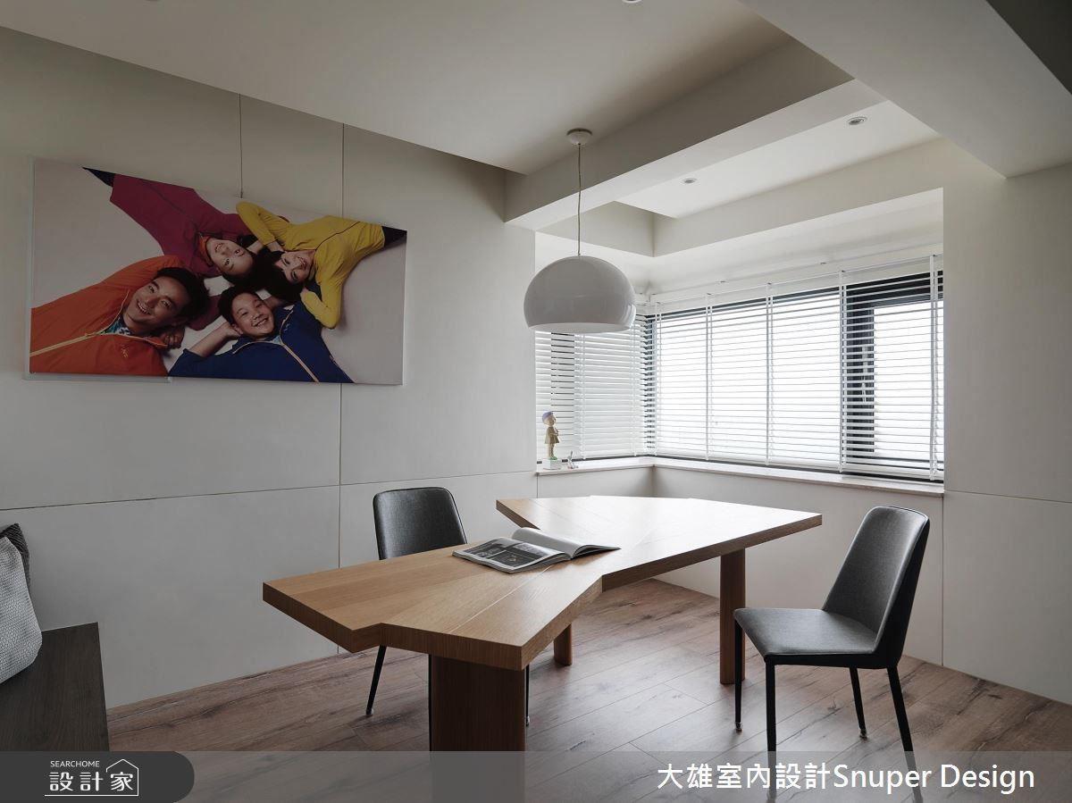 桌子的造型與照片中一家四口呈現的姿態,形成有趣的呼應。