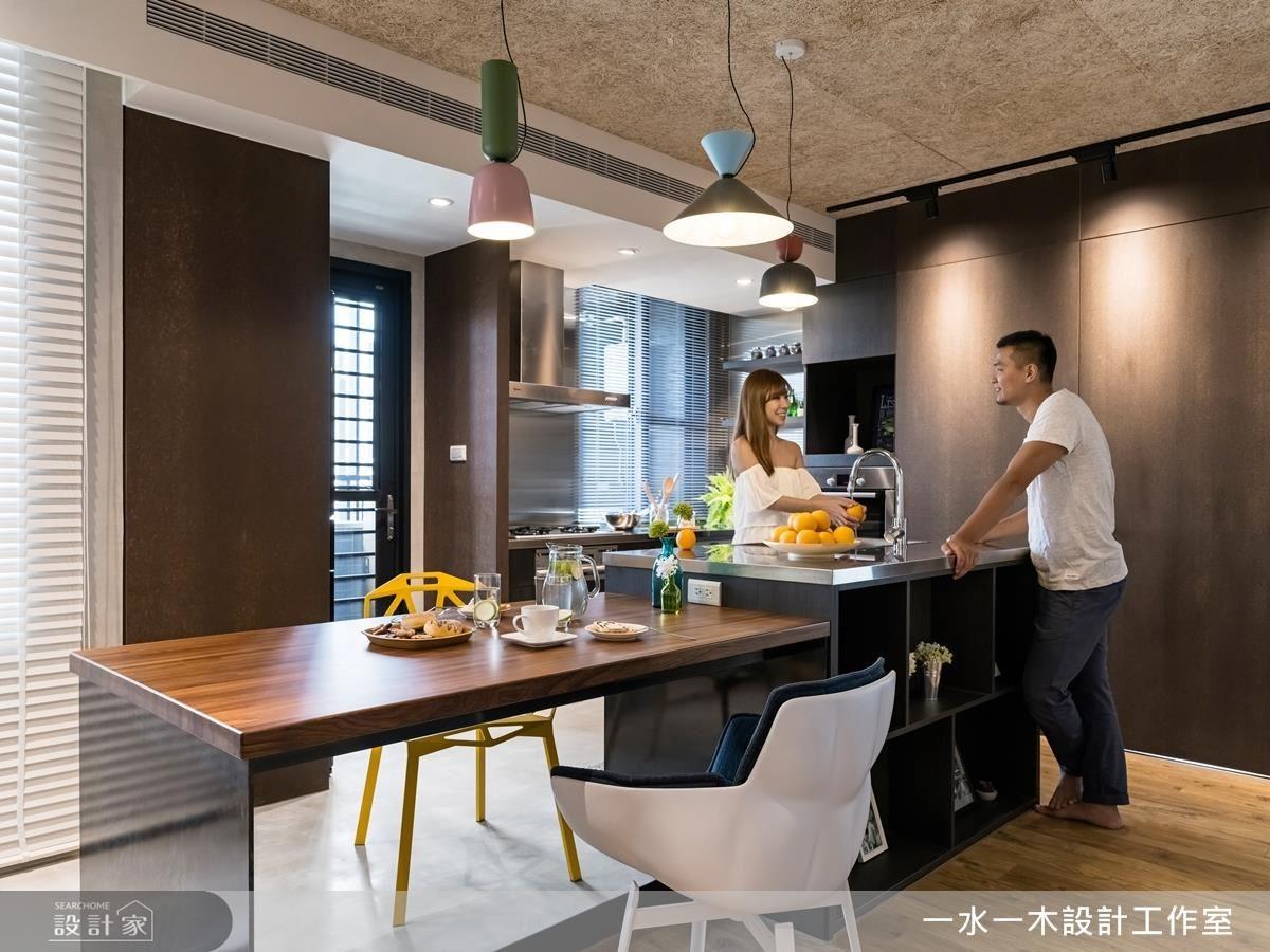 不鏽鋼中島餐桌,不但增添工業風氣息,也能隨著時間的使用留有生活溫度。
