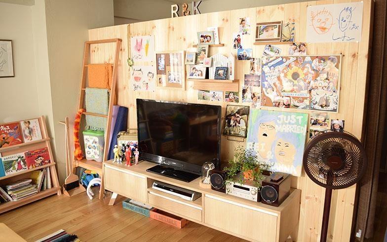 電視牆兼雙面櫃,略為犧牲一點客廳空間,便能挪出男主人需要的工作室,為小家增加更多可能性。 攝影:末吉陽子。圖片來源:suumo.jp