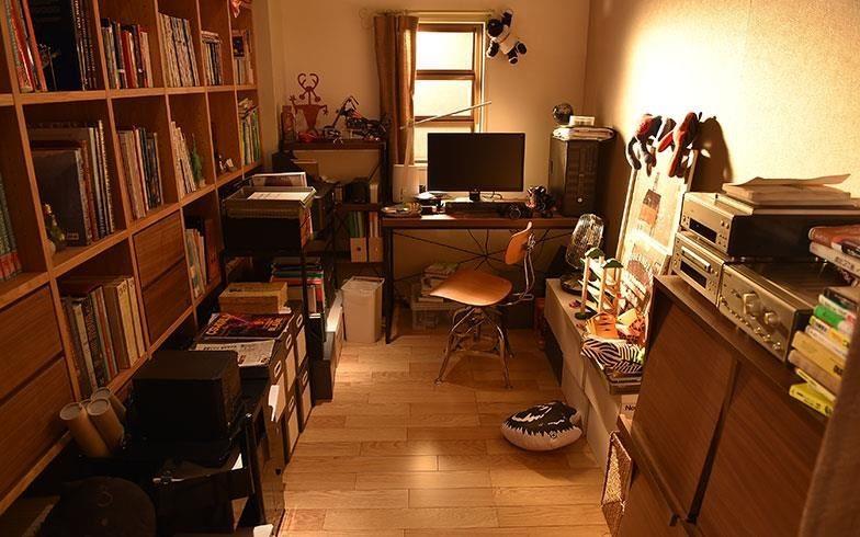 男主人的工作區以拉簾區隔,運用輕隔間的作法,同時保有和家人互動的彈性。 攝影:末吉陽子。圖片來源:suumo.jp