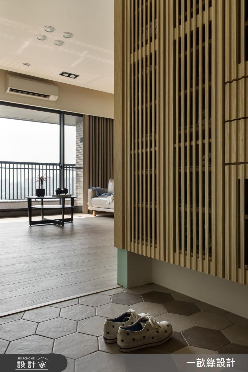 玄關落塵區的地板可以選用耐用、好清潔的磁磚材質,方便清掃。