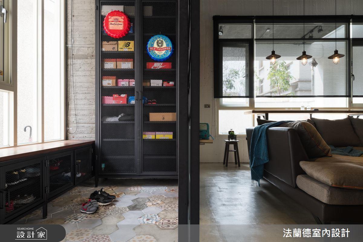 低檯度的玄關鞋櫃設計,不但可以作為玄關的穿鞋椅,下方也可以收納多雙鞋子。