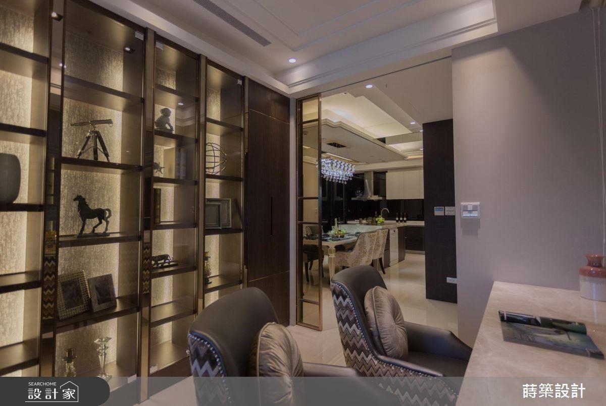 書房中以展示區般的櫃體,讓屋主置放心愛的模型收藏品。