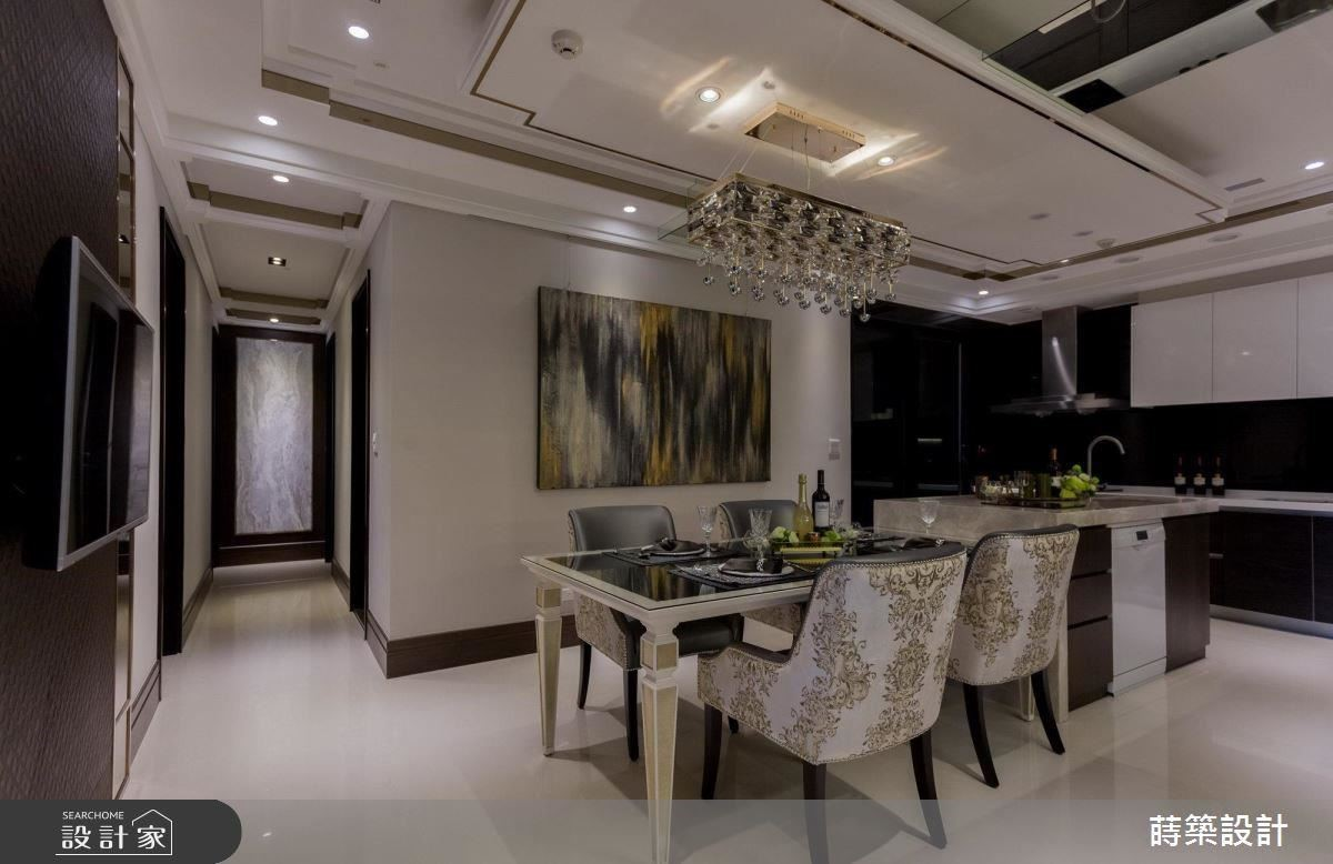 餐廚區中以鏡面裝飾天花,修飾原先樑柱的壓迫感,並重整原先動線不佳的格局,製作流暢使用空間。