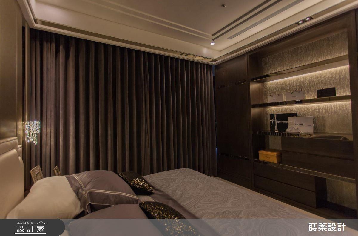 絲絨質感繃布、適度鏡面裝飾、柔和燈光,為主臥營造沉穩舒適的休憩空間。