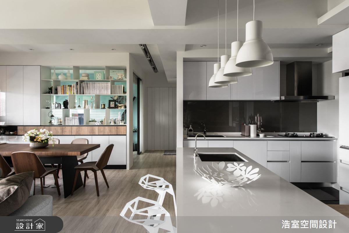 看完整文章點這裡 >> 以走道為中線規劃全開放設計,讓休閒與烹飪各據一方卻又能互通有無,讓空間放大一倍!