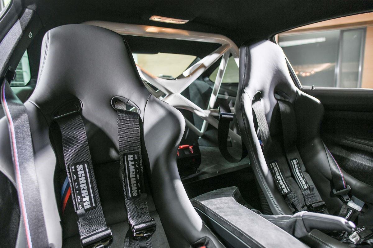 BMW M4 DTM Champion Edition 款碳纖維雙前座桶型賽車座椅,賽車級六點式安全帶及專屬白色防滾籠。(圖片提供_BMW 總代理汎德公司)